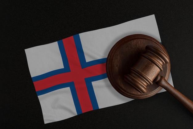 裁判官のガベルとフェロー諸島の旗。法務省。憲法。