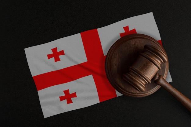 Судейский молоток и флаг грузии. закон и справедливость. конституционное право.