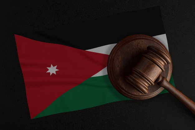 裁判官のガベルとヨルダンの旗