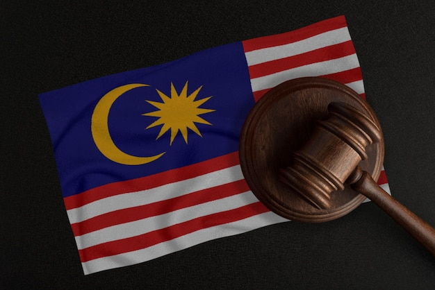 Судейский молоток и флаг малайзии. закон и справедливость. конституционное право.