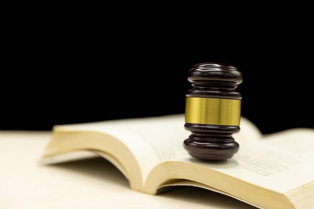 Молоток судей на книгу и деревянный стол. закон и справедливость концепции фон.