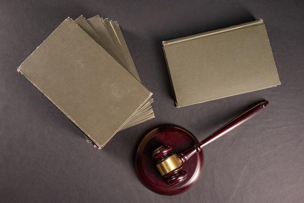 裁判官は、弁護士の机の上に法律書を置いて、法的文書についてガベルをしました。法学法学、法学教育の概念。