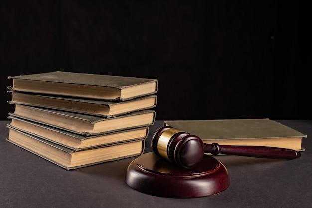 Судьи молоток по юридическому документу с юридическими книгами на столе адвоката. понятие правового регулирования юриспруденция, юридическое образование.