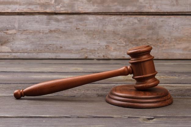 木製のテーブルにガベルを裁判官。