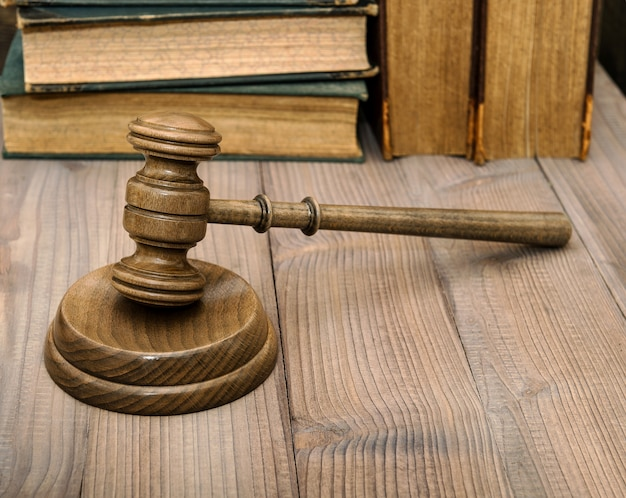 ジャッジは響板と古い本でガベルをします。競売人ハンマー