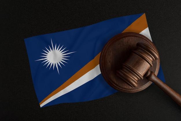 판사 망치와 마샬 군도의 국기. 법과 정의. 헌법.