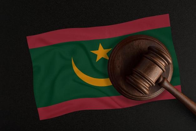 판사 망치와 모리타니 국기. 법과 정의. 헌법.
