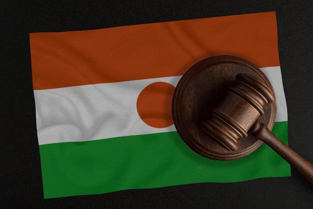 판사 망치와 니제르의 국기. 법과 정의. 헌법.
