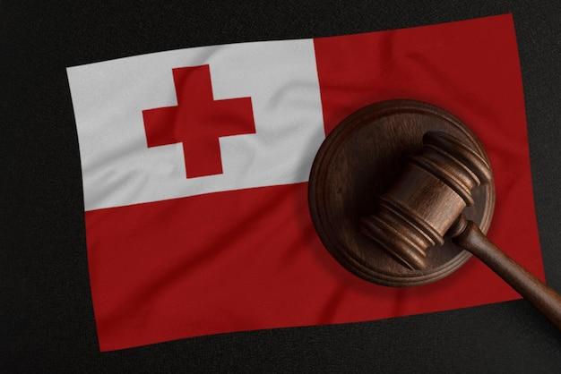 판사 망치와 통가 국기. 법과 정의. 헌법