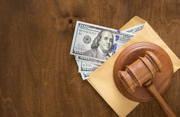 Судьи молоток бумажный конверт с деньгами