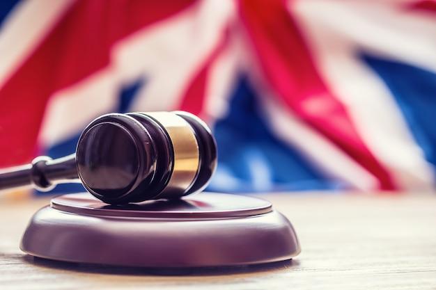 英国の旗を背景にした木製のガベルを審査します。管轄のシンボル。