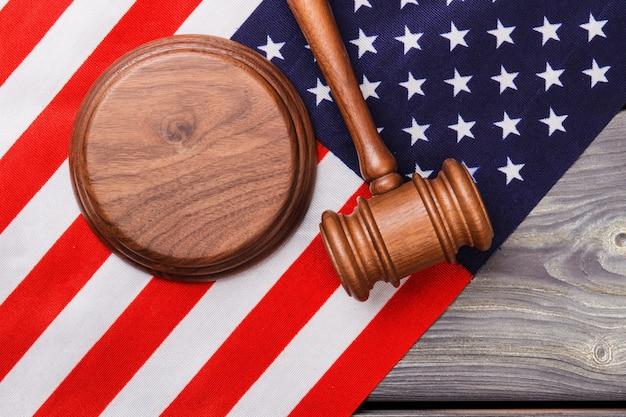 アメリカ国旗の木製ガベルを審査します。裁判所と正義の概念。
