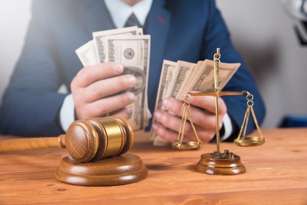 当局の司法ハンマー贈収賄。腐敗
