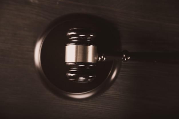 Джудже молотком по столу. концепция закона и справедливости.