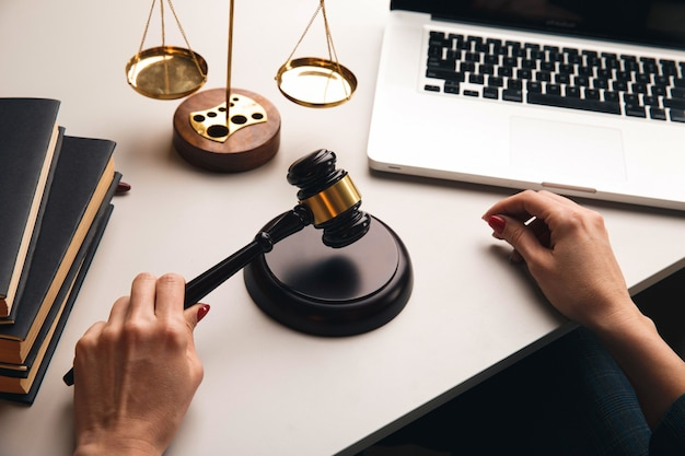 책상에 judje 물건. 변호사 개념.
