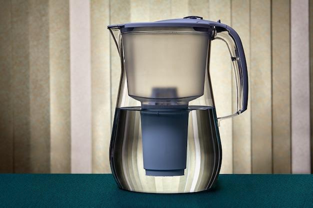 フィルターを交換する機能を備えた液体をろ過するための水差し。