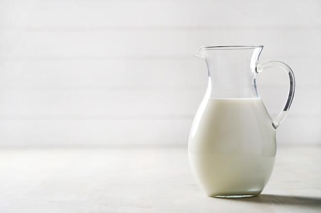 Brocca di latte fresco con copyspace