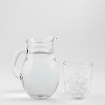 얼음으로 채워진 물과 유리 주전자