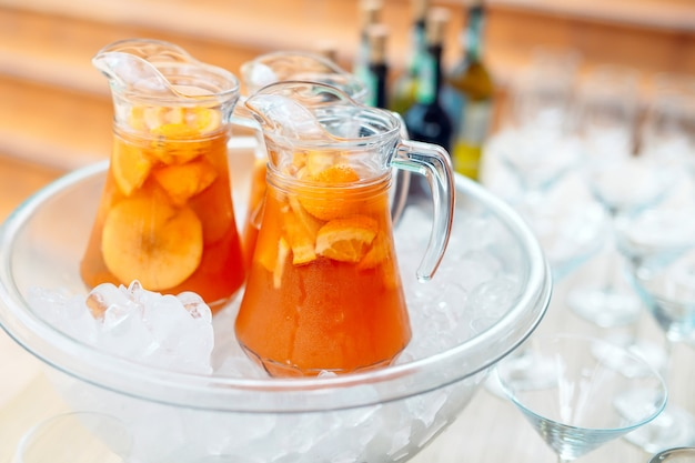 Кувшины лимонада во льду.