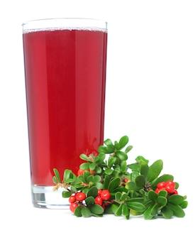 白で分離されたジュースと赤カウベリー