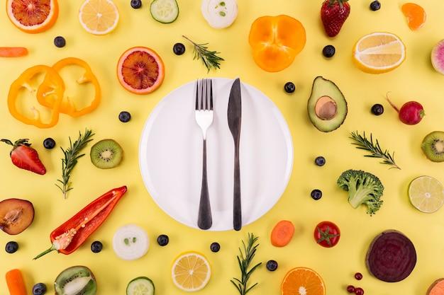 Ингредиенты для сока и смузи и тарелка со столовыми приборами