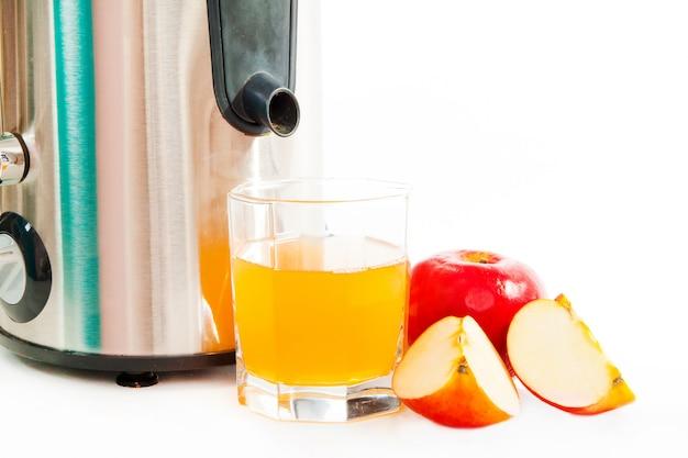 ジュース抽出器、白で隔離される絞りたてのリンゴジュース