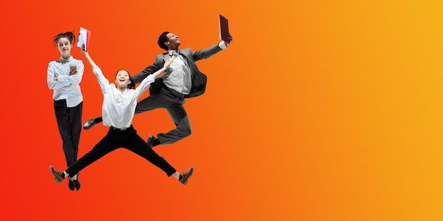 주스. 행복한 사무실 직원들은 그라데이션 네온 유체 배경에서 격리된 캐주얼 옷이나 정장을 입고 점프하고 춤을 춥니다. 비즈니스, 시작, 작업 열린 공간, 모션, 액션 개념. 창의적인 콜라주.
