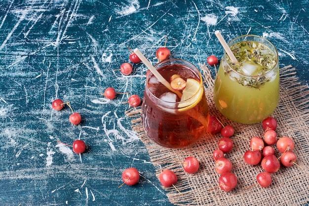 青のさまざまな果物のジュース。