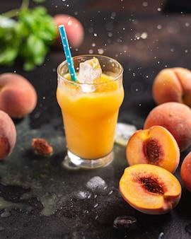 ジュースピーチフルーツピーチドリンク飲料フレッシュミールスナックテーブルコピースペース食品背景