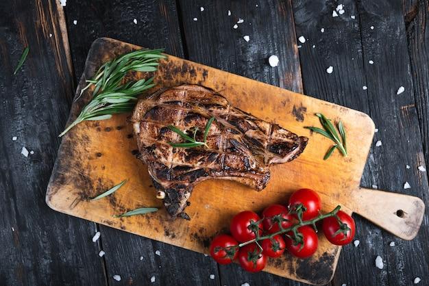 Сочный и аппетитный кусок хорошо прожаренного мяса на гриле, меню ресторана