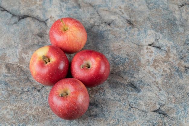 Сочное яблоко, изолированные на бетонном мраморе.