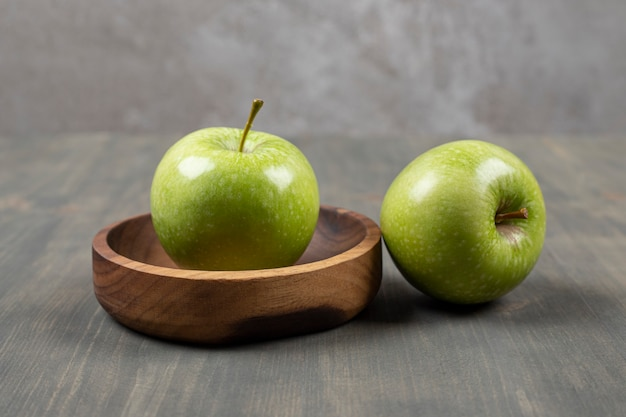 Сочные яблоки на деревянной разделочной доске