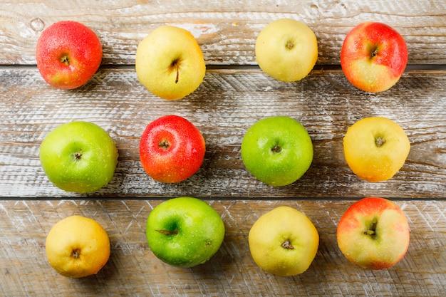 Сочные яблоки на светлом фоне деревянные, вид сверху.