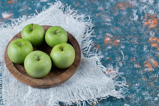 둥근 나무 접시에 달콤한 사과.
