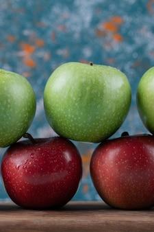 나무 보드에 행에 달콤한 사과입니다.