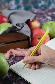 소박한 나무 상자에 달콤한 사과.