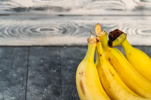 Banane succose su una tavola di legno
