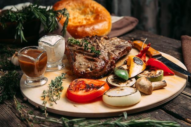 ジューシーなビーフステーキと焼き野菜