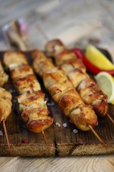 Сочные куриные шашлычки на деревянных палочках.