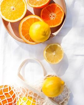 ジューシーな柑橘系の果物を丸ごとカットしてテーブル クロスに