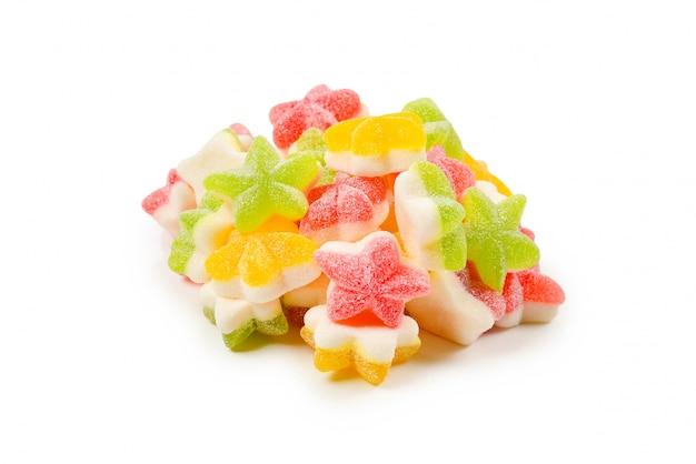 Сочные красочные желе звезды сладости, изолированные на белом. жевательные конфеты.
