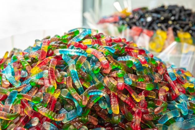 Сочные разноцветные желейные конфеты мармеладные конфеты змейки