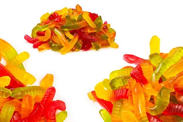 Сочные красочные желейные конфеты. мармеладные конфеты. змеи.