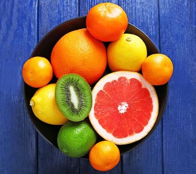 Сочная композиция из тропических фруктов в миске, крупным планом