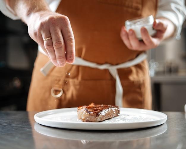 Сочный приготовленный стейк на тарелке
