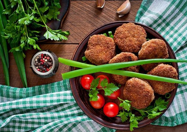 소박한 스타일의 나무 테이블에 육즙 맛있는 고기 cutlets