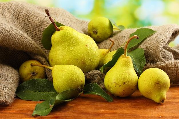 自然表面のジューシーで風味豊かな梨