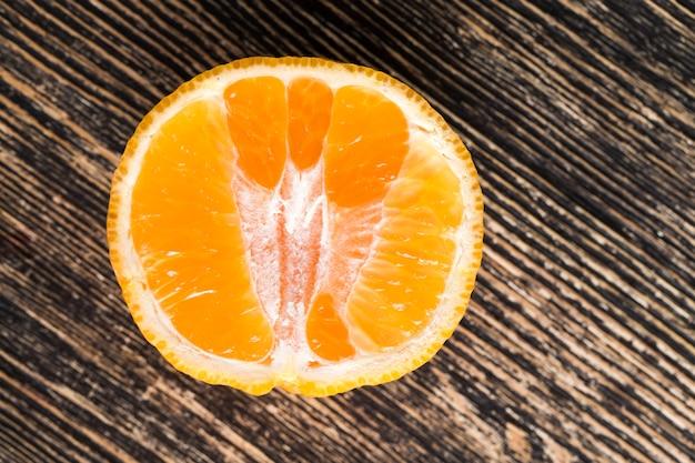柑橘系の果物を食べる準備ができているジューシーな肉