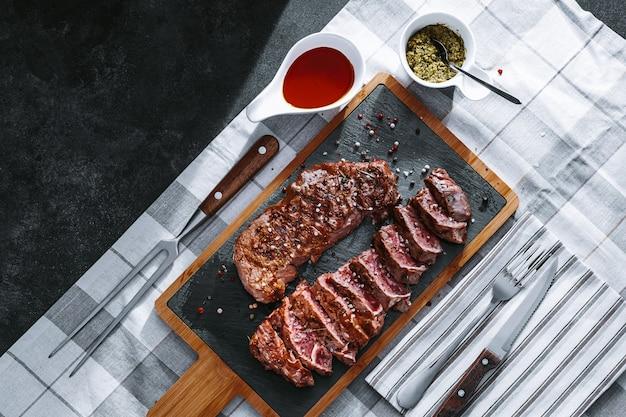 夕食にはジューシーな焼きたての揚げステーキ。ミディアムローストレアのサーロインステーキ2枚