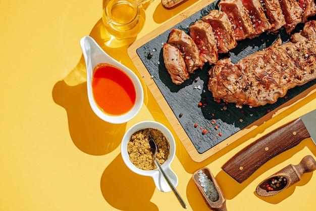 Сочные свежие жареные стейки на ужин. два обжаренных стриплоина на средней прожарке